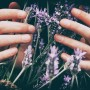 꽃 거품 내는 여자